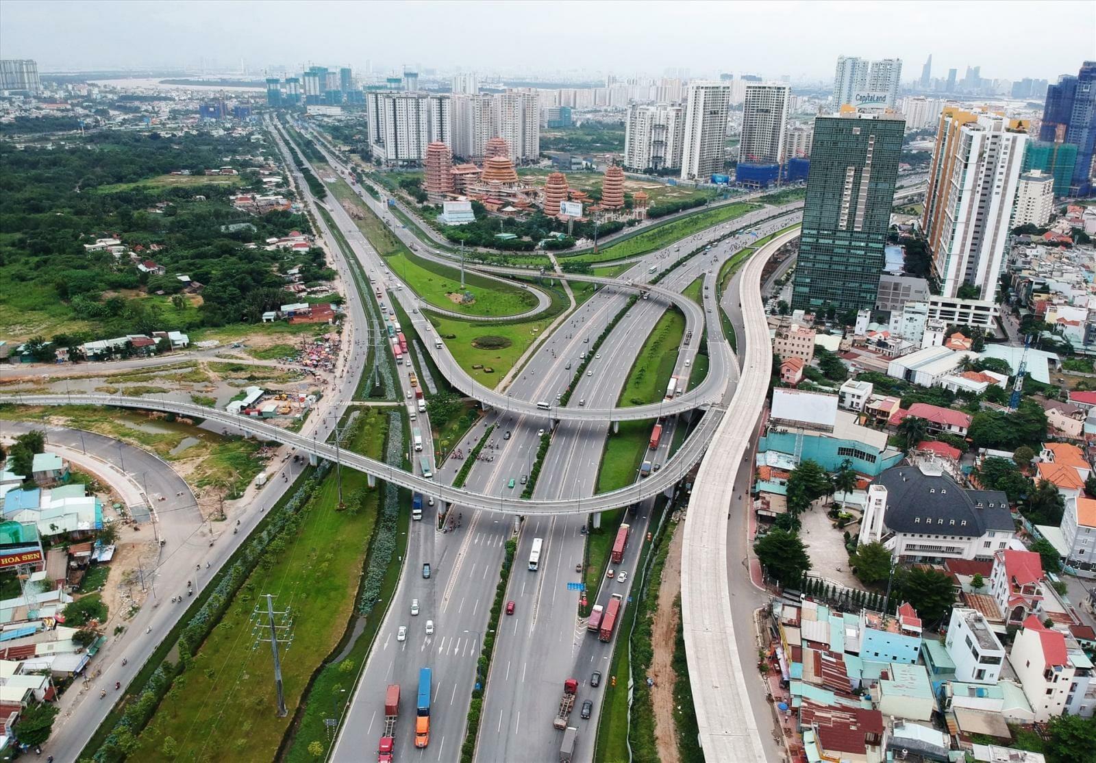 Hệ thống cầu đường được nhà nước đầu tư mạnh tại khu vực quận 9 để kết nối với các khu vực lân cận dễ dàng